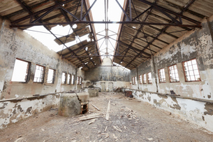Interior of an old large derelict building in a deserted diamond miming town, with the roof open toの写真素材 [FYI02858968]