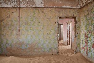A view of a room in a derelict building full of sand.の写真素材 [FYI02859044]