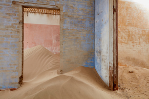 Interior of an abandoned building full of sand.の写真素材 [FYI02859052]