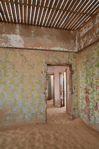 A view of a room in a derelict building full of sand.の写真素材 [FYI02859057]