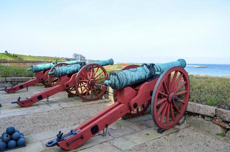Old cannons outside Kronborg Castle, Helsingor, Denmark.の写真素材 [FYI02859068]