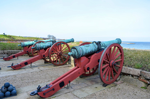 Old cannons outside Kronborg Castle, Helsingor, Denmark.の写真素材 [FYI02859068]