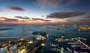 Aerial view of marina and Persian Gulf at dusk, Dubai, United Arab Emirates.の写真素材 [FYI02859072]