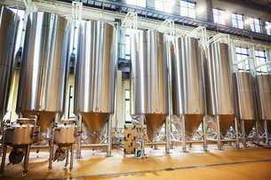 Row of large metal beer tanks in a brewery.の写真素材 [FYI02859082]