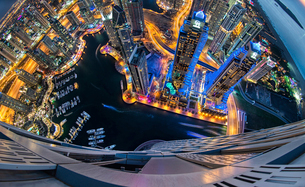 Aerial view of the cityscape of Dubai, United Arab Emirates at dusk, with illuminated skyscrapers anの写真素材 [FYI02859098]