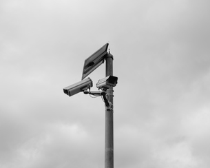 A solar powered surveillance camera on a pole.の写真素材 [FYI02859099]