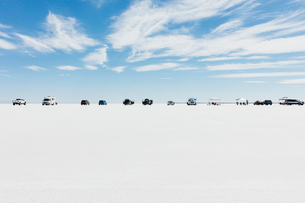 Cars and spectators lined up on Salt Flats during World of Speed weekの写真素材 [FYI02859105]