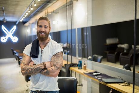 Portrait confident hipster hairstylist in hair salonの写真素材 [FYI02859123]