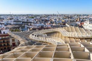 Metropol Parasol, a curved wooden parasol structure, modern architecture in La Encarnacio Square, Seの写真素材 [FYI02859140]