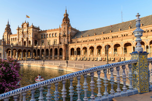 Plaza de Espana, a 20th century renaissance revival complex of buildings around a pool, with art decの写真素材 [FYI02859156]