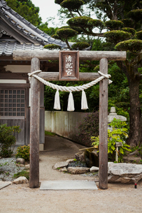 Traditional wooden gate outside a Japanese Buddhist temple.の写真素材 [FYI02859215]