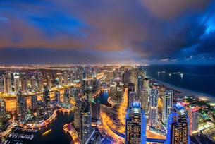 Cityscape of the Dubai, United Arab Emirates at dusk, with illuminated skyscrapers and coastline ofの写真素材 [FYI02859217]