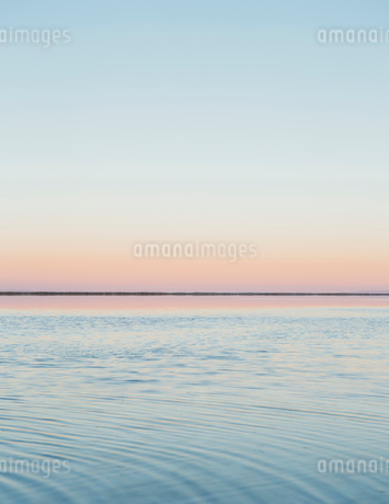 The view to the clear line of the horizon where land meets sky, across the flooded surface of Bonnevの写真素材 [FYI02859222]