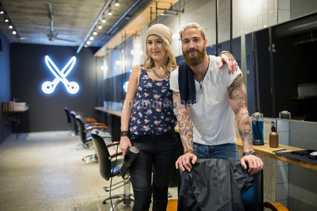 Portrait confident hipster hairstylist partners in hair salonの写真素材 [FYI02859223]