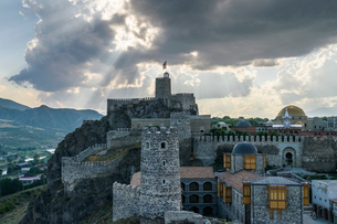 The hilltop citadel, the old fortress, castle and mosque in Akhaltsikhe at dusk under storm clouds.の写真素材 [FYI02859226]