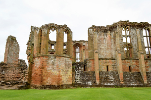Exterior view of ruins of the medieval buildings  of Kenilworth Castle, Warwickshire.の写真素材 [FYI02859231]