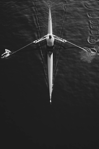 A man sculling in a single scull rowing boat, on the water.  Overhead view.の写真素材 [FYI02859240]