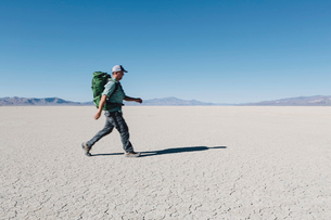 Male backpacker hiking in vast desert, Black Rock Desert, Nevadaの写真素材 [FYI02859259]