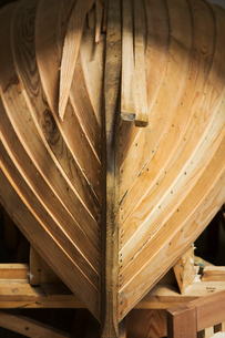 Close up of a wooden boat hull in a boat-builder's workshop.の写真素材 [FYI02859271]