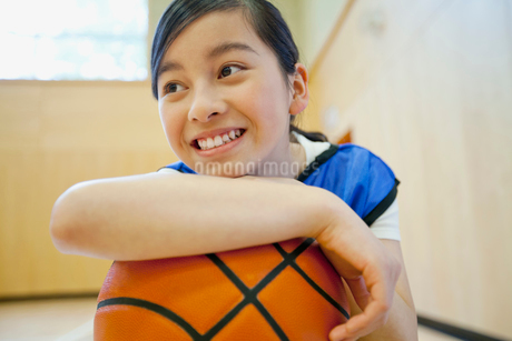 middle school student with basketballの写真素材 [FYI02859289]