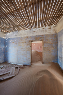 A view of a room in a derelict building full of sand.の写真素材 [FYI02859300]