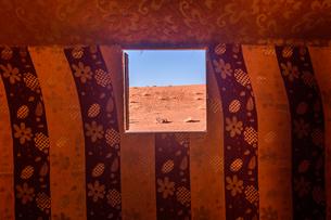 View from window in Bedouin tent in the Wadi Rum desert wilderness in southern Jordan.の写真素材 [FYI02859320]