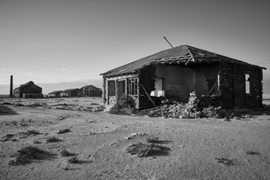 Exterior view of abandoned buildings in a desert.の写真素材 [FYI02859348]