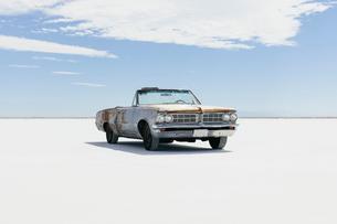 Old Pontiac convertible parked on Salt Flatsの写真素材 [FYI02859364]