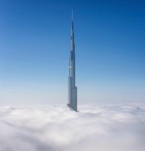 View of the Burj Khalifa skyscraper above the clouds in Dubai, United Arab Emirates.の写真素材 [FYI02859419]