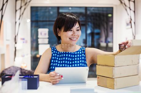 Saleswoman in a shop selling Edo Kiriko cut glass in Tokyo, Japan.の写真素材 [FYI02859522]