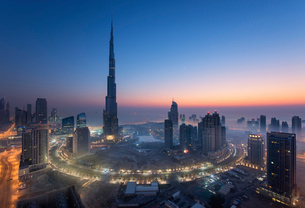 Cityscape of Dubai, United Arab Emirates at dusk, with the Burj Khalifa skyscraper and illuminated bの写真素材 [FYI02859557]