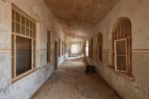 Corridor in an abandoned building.の写真素材 [FYI02859579]