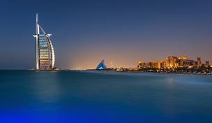 Cityscape of Dubai, United Arab Emirates at dusk, coastline of Persian Gulf with illuminated Burj Alの写真素材 [FYI02859584]