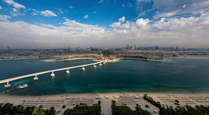 Cityscape of Dubai, United Arab Emirates, with bridge from  island across the Persian Gulf in the foの写真素材 [FYI02859589]