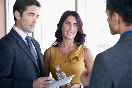coworkers discussing in conference roomの写真素材 [FYI02859600]
