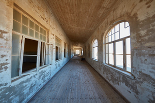 A view of a corridor in a derelict building.の写真素材 [FYI02859631]