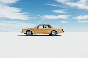 Old Pontiac parked on Salt Flatsの写真素材 [FYI02859638]
