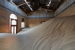 A view of a room in a derelict building full of sand.の写真素材 [FYI02859643]