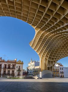 Metropol Parasol, a curved wooden parasol structure, modern architecture in La Encarnacio Square, Seの写真素材 [FYI02859665]