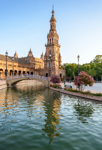Plaza de Espana, a 20th century renaissance revival complex of buildings around a pool, with art decの写真素材 [FYI02859683]