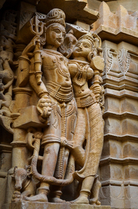 Carving on wall of a Jain Temple, human figures, representations of the gods.の写真素材 [FYI02859689]