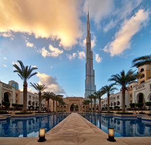 Hotel swimming pool with Burj Khalifa skyscraper in the distance, Dubai, United Arab Emirates.の写真素材 [FYI02859704]