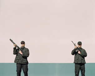 Two men wearing special forces uniforms, holding high powered gunsの写真素材 [FYI02859765]