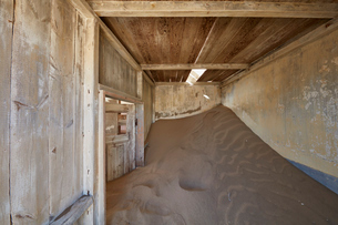 A view of a room in a derelict building full of sand.の写真素材 [FYI02859804]