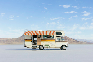 Vintage Dodge Sportsman RV with striped canopy parked on Salt Flatsの写真素材 [FYI02859830]