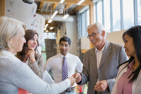 Business people exchanging business cards in office lobbyの写真素材 [FYI02859839]