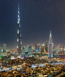 Cityscape of Dubai, United Arab Emirates at dusk, with illuminated Burj Khalifa skyscraper in the foの写真素材 [FYI02859865]