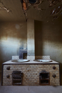 A view of an old fashioned stove in a derelict building.の写真素材 [FYI02859894]