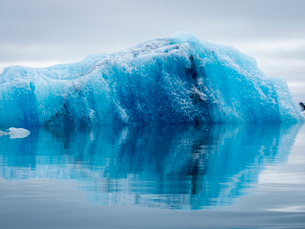 Glacial lake at the head of the Breidamerkurjokull glacier, created after the glacier started recediの写真素材 [FYI02859910]