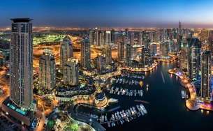Aerial view of the cityscape of Dubai, United Arab Emirates at dusk, with illuminated skyscrapers anの写真素材 [FYI02859939]